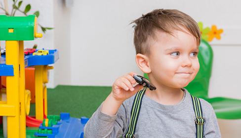 zdjęcie małego chłopca z zabawką w ręce